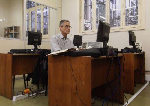 Sr. Ubiratan Pereira Pilar, primeiro usuário dos novos computadores da sala de pesquisa.