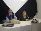 Diretora Débora Flores e Prof. Enrique Padrós na solenidade de abertura.